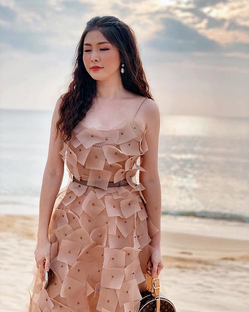 12 bộ váy áo đẹp nhất của sao Vbiz khi dự đám cưới: Đến Ngọc Trinh cũng không dám hở bạo mà nhường sân cho chị gái tỏa sáng - ảnh 1