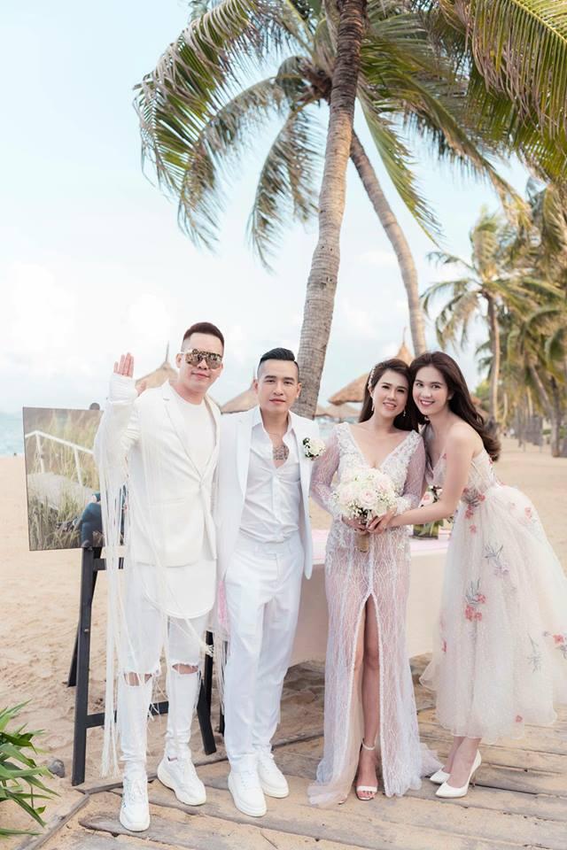 12 bộ váy áo đẹp nhất của sao Vbiz khi dự đám cưới: Đến Ngọc Trinh cũng không dám hở bạo mà nhường sân cho chị gái tỏa sáng - ảnh 5