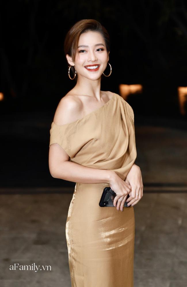 12 bộ váy áo đẹp nhất của sao Vbiz khi dự đám cưới: Đến Ngọc Trinh cũng không dám hở bạo mà nhường sân cho chị gái tỏa sáng - ảnh 6