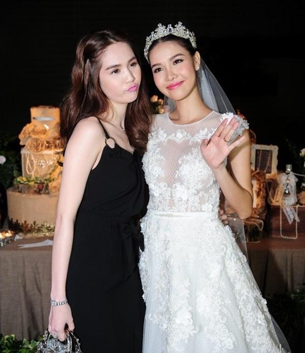 """Style đi ăn cưới """"hên xui"""" của Ngọc Trinh: Lúc lên đồ tinh tế, lúc vô ý """"giựt"""" mất spotlight của cô dâu - ảnh 3"""