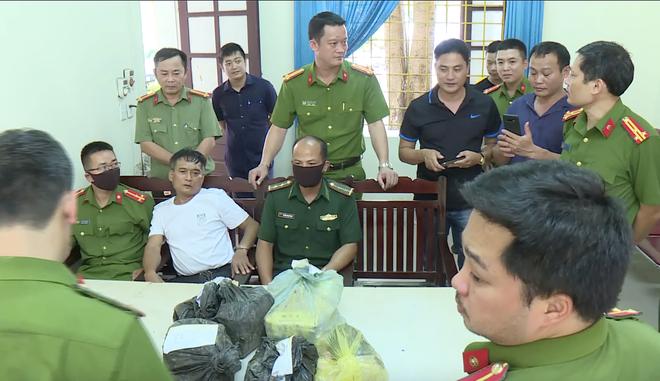 Video: Trinh sát đào đất lấy lô ma túy trị giá 10 tỷ đồng của ông trùm ở xứ Nghệ - ảnh 6
