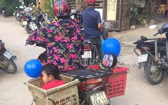 Xúc động hình ảnh người bà nghèo chở 2 cháu đi khai giảng trên chiếc xe thu mua phế liệu