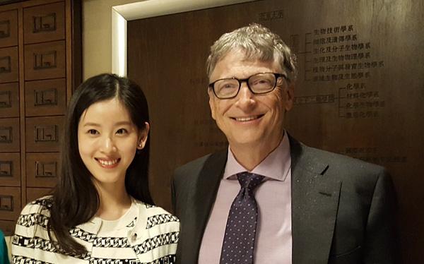 Nhờ 1 bức ảnh chụp trong lớp học, cuộc đời nữ sinh này thay đổi ngoạn mục sau 10 năm, đến Bill Gates cũng nể mặt chụp ảnh cùng - Ảnh 3.