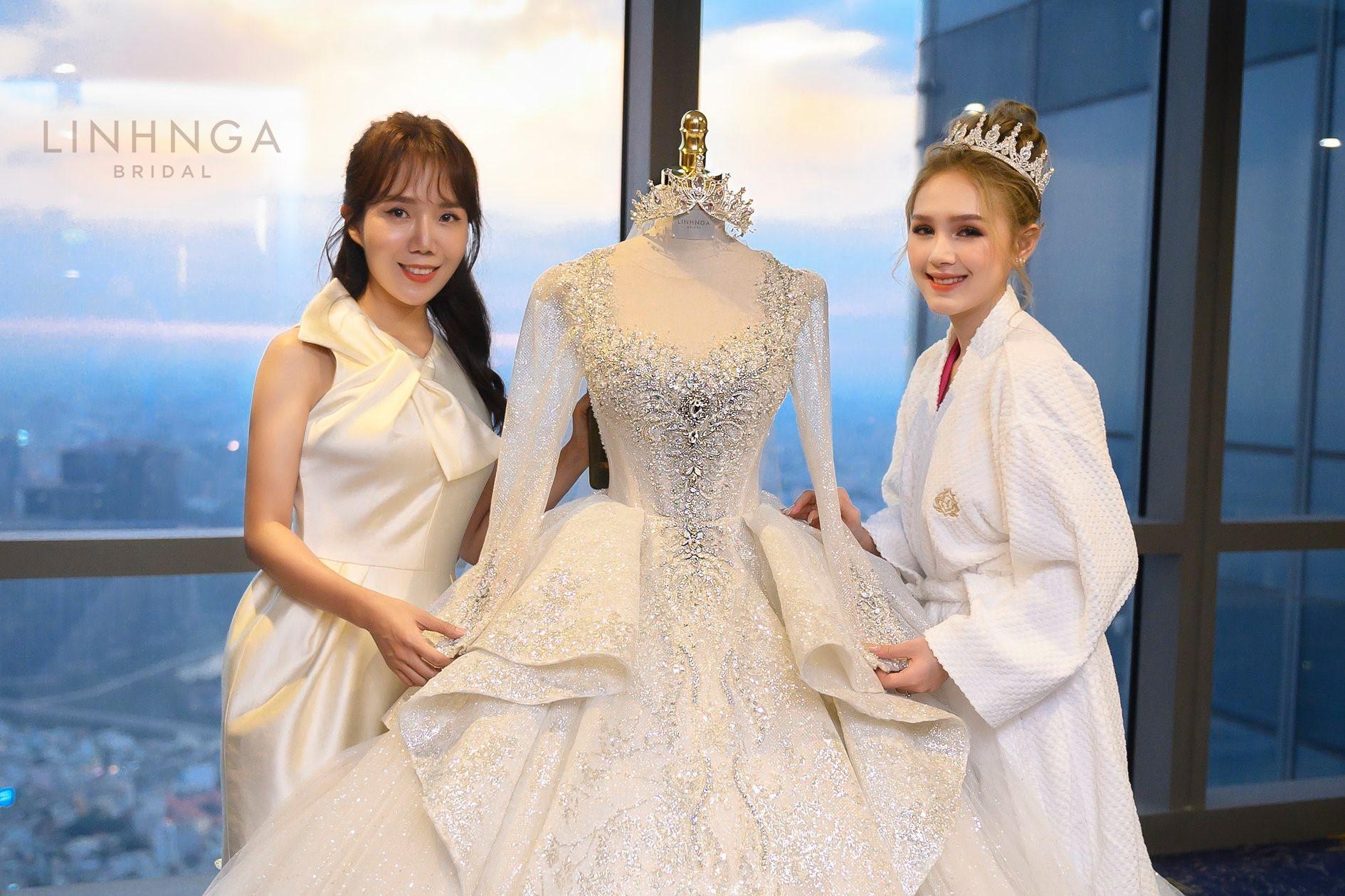 Cận cảnh loạt váy cưới, trong đó có chiếc 28 tỷ đính 6 viên kim cương của Xoài Non - vợ streamer giàu nhất VN - Ảnh 8.