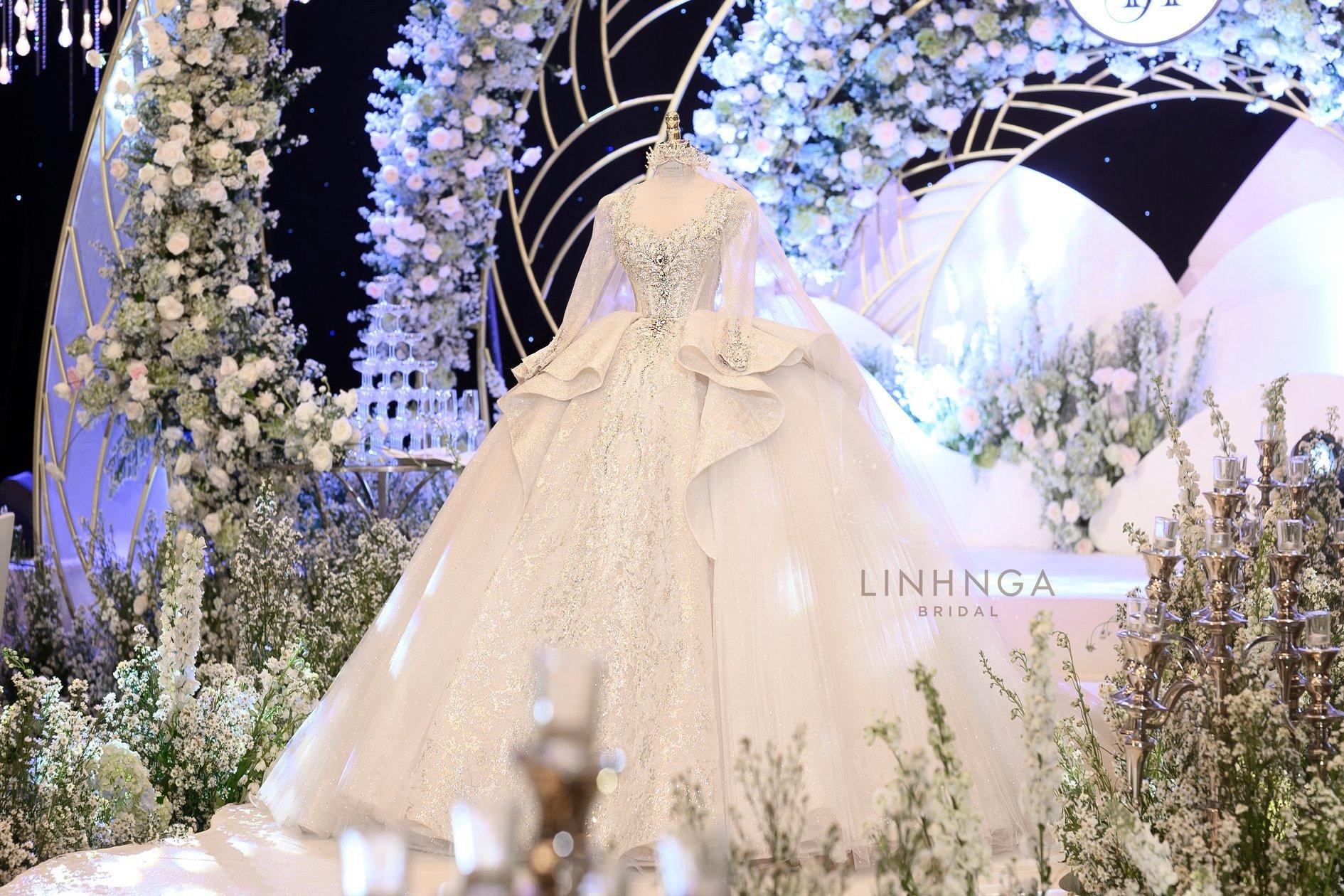 Cận cảnh loạt váy cưới, trong đó có chiếc 28 tỷ đính 6 viên kim cương của Xoài Non - vợ streamer giàu nhất VN - Ảnh 7.