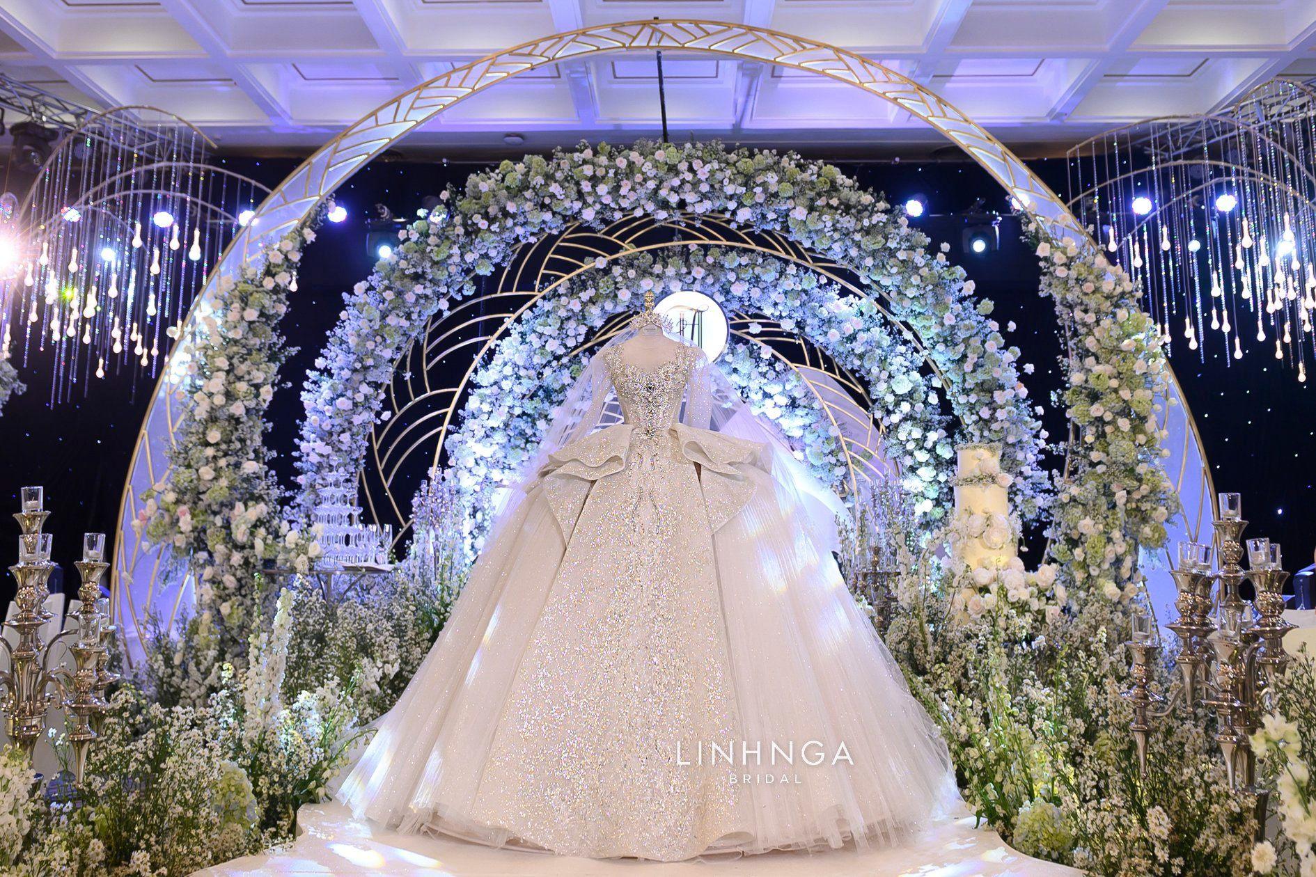 Cận cảnh loạt váy cưới, trong đó có chiếc 28 tỷ đính 6 viên kim cương của Xoài Non - vợ streamer giàu nhất VN - Ảnh 5.