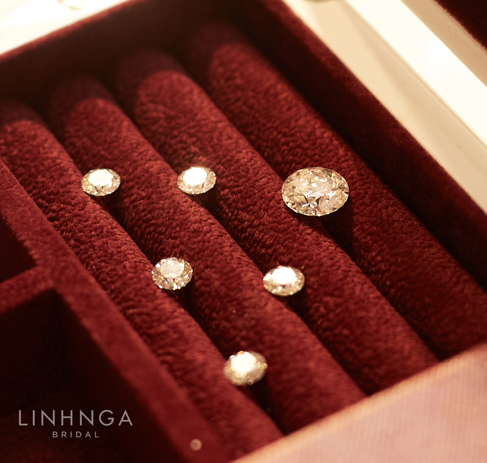 Cận cảnh loạt váy cưới, trong đó có chiếc 28 tỷ đính 6 viên kim cương của Xoài Non - vợ streamer giàu nhất VN - Ảnh 6.
