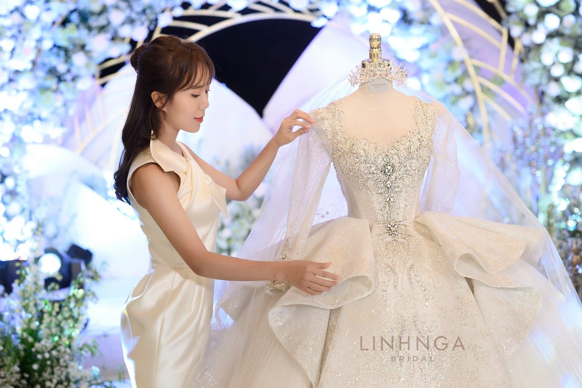 Cận cảnh loạt váy cưới, trong đó có chiếc 28 tỷ đính 6 viên kim cương của Xoài Non - vợ streamer giàu nhất VN - Ảnh 4.