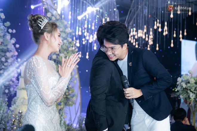 Cận cảnh loạt váy cưới, trong đó có chiếc 28 tỷ đính 6 viên kim cương của Xoài Non - vợ streamer giàu nhất VN - Ảnh 13.
