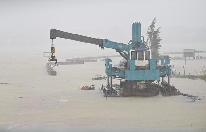 Bão Vamco đổ bộ vào đất liền: Các tỉnh miền Trung gió giật kinh hoàng, đảo Cồn Cỏ bị cắt đứt hoàn toàn liên lạc - Ảnh 2.