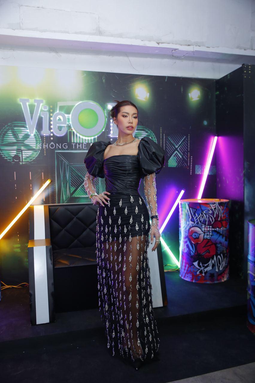 Dàn sao mặc cố đổ bộ 2 cuộc thi rap: Khả Như (Rap Việt) lên đồ rách tả tơi nhưng chưa gây choáng bằng MC Phí Linh (King Of Rap) - Ảnh 12.