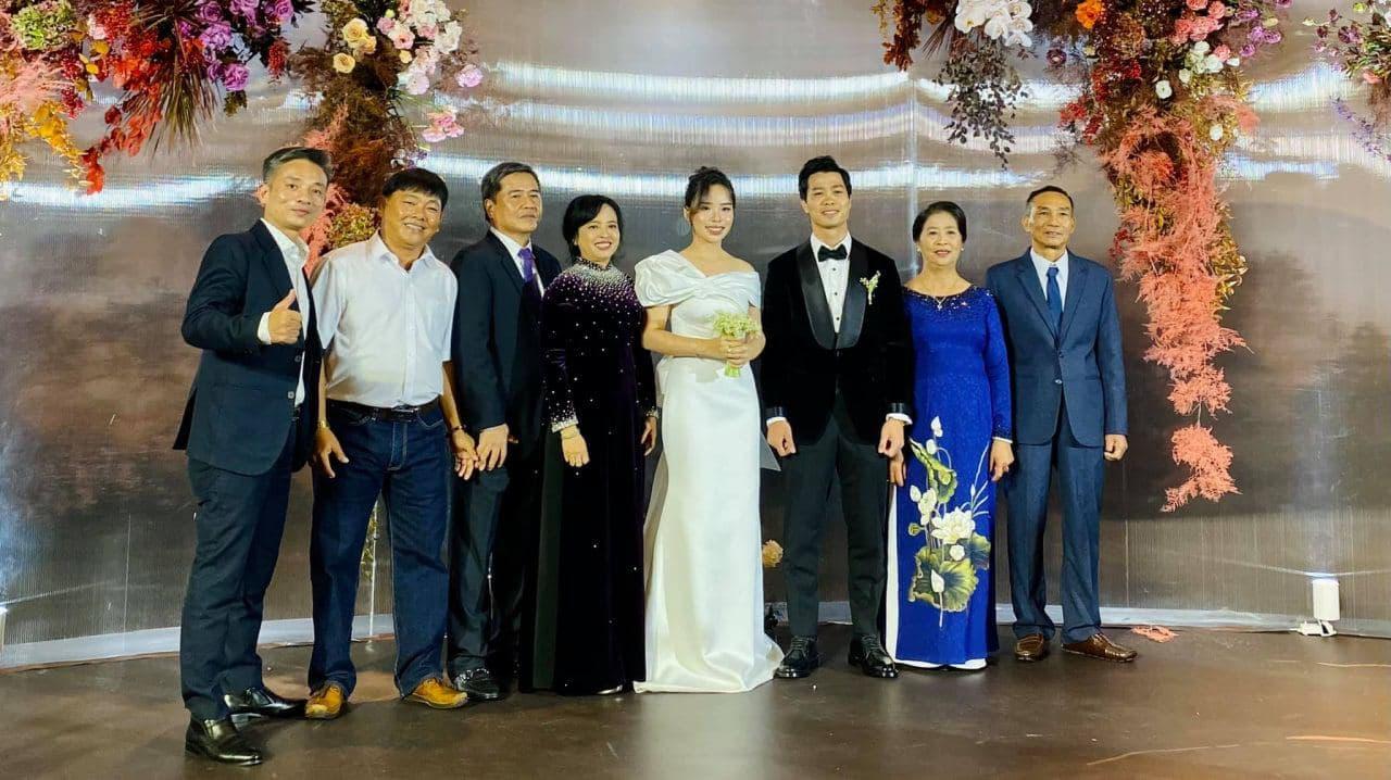 Vợ Công Phượng mặc váy cưới trơn nhẹ nhàng, cầm bó hoa cưới khiến ai cũng liên tưởng ngay tới Song Hye Kyo - Ảnh 1.