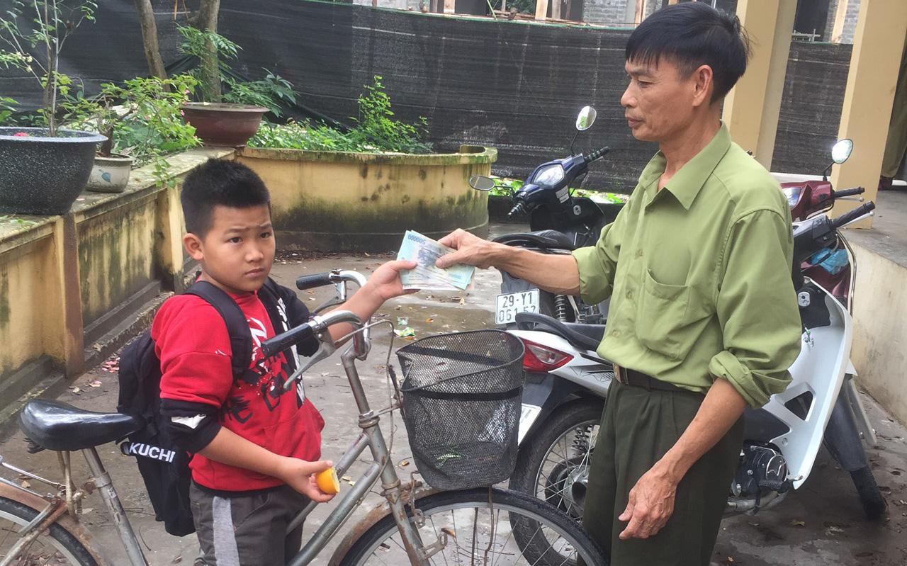 Hà Nội: Học sinh lớp 4 nhặt được khoảng 3 triệu đồng liền đạp xe đến giao cho công an rồi mới chịu tới trường