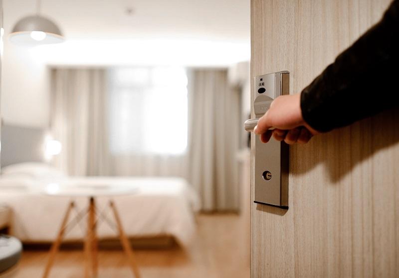 Tại sao nhân viên khách sạn thường gõ cửa trước khi vào phòng dù biết không có khách bên trong? - Ảnh 1.