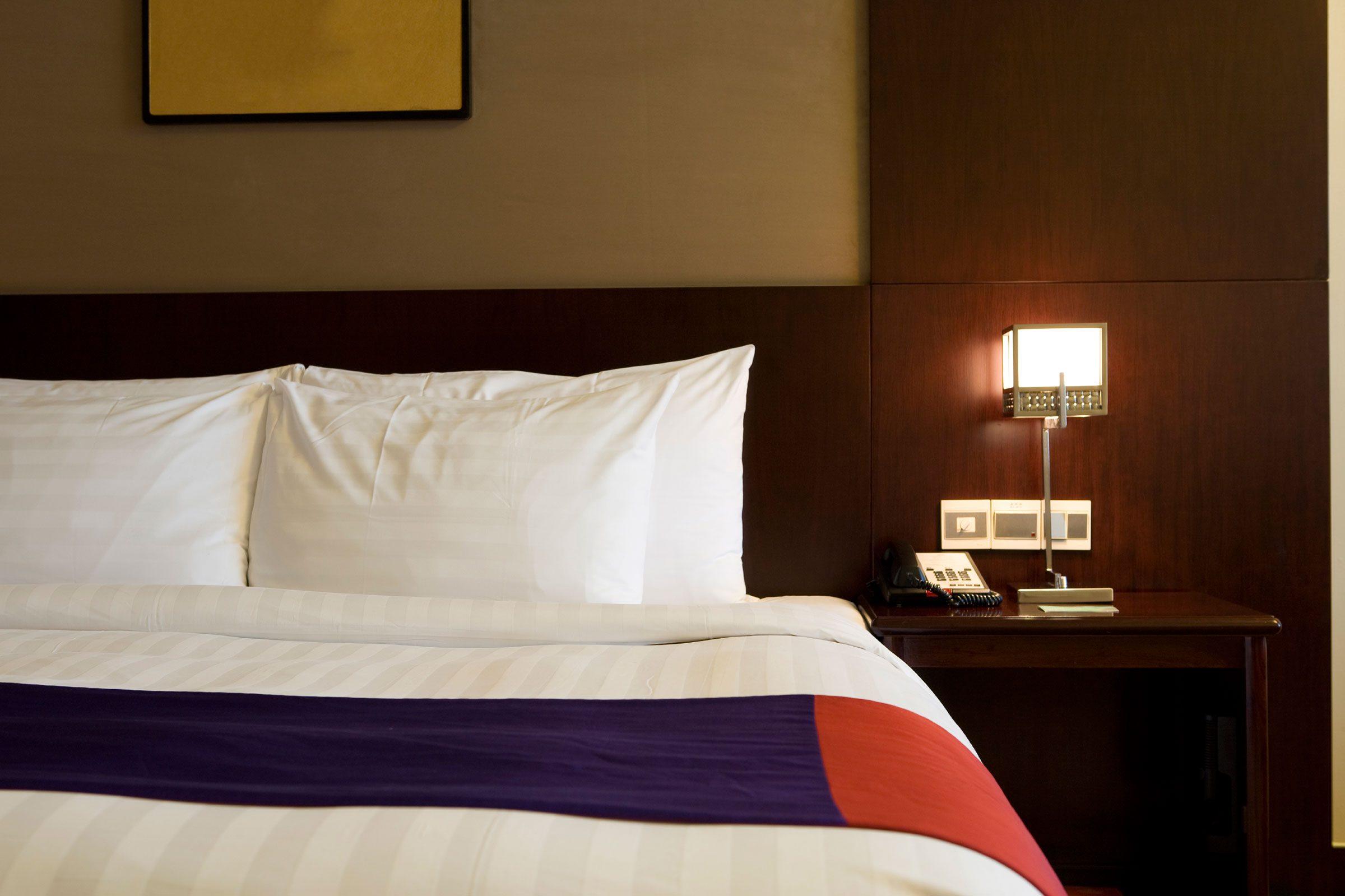 Tại sao nhân viên khách sạn thường gõ cửa trước khi vào phòng dù biết không có khách bên trong? - Ảnh 2.
