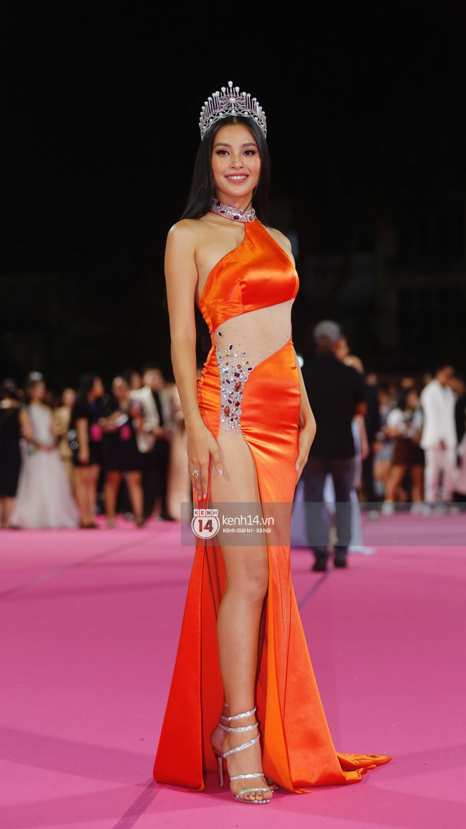 Hết nhiệm kỳ Hoa hậu, Tiểu Vy quất luôn bộ váy hở bạo nhất nhưng cũng là... xấu nhất từ trước đến nay - Ảnh 2.