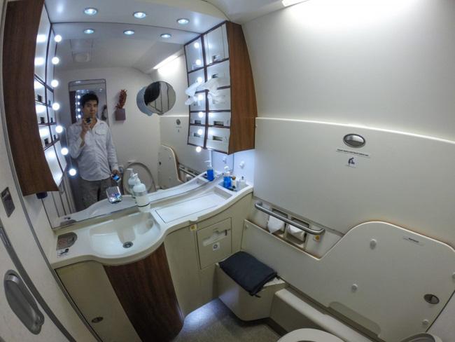 Tiếp viên hàng không tiết lộ thời điểm vàng để đi vệ sinh trên máy bay khiến ai nấy ngã ngửa, hóa ra chẳng phải cứ buồn là xả - Ảnh 2.