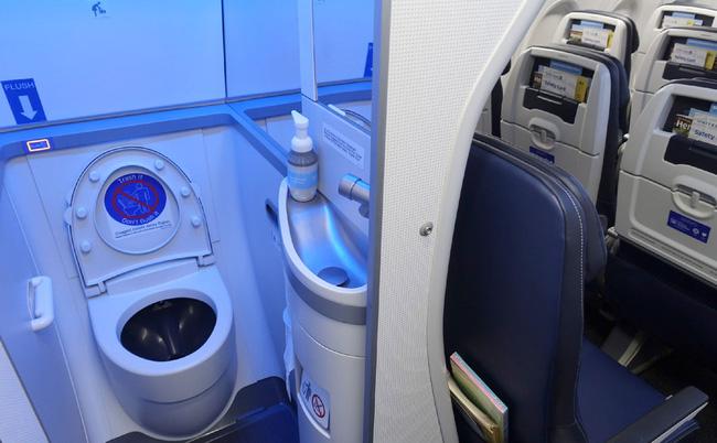 Tiếp viên hàng không tiết lộ thời điểm vàng để đi vệ sinh trên máy bay khiến ai nấy ngã ngửa, hóa ra chẳng phải cứ buồn là xả - Ảnh 3.