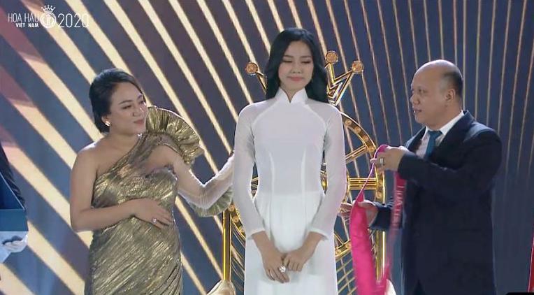 Chung kết HHVN 2020 chọn áo dài trắng nhạt nhoà làm trang phục đăng quang, khiến người xem thắc mắc: Giải Hoa khôi trường hay gì? - Ảnh 6.
