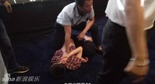 8 diễn viên Hoa ngữ tả tơi với fan cuồng: Lưu Diệc Phi bị quật ngã tại chỗ, số 4 gây phẫn nộ vì đồng nghiệp dửng dưng vô cảm - Ảnh 2.
