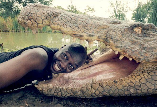 Đưa đầu vào miệng cá sấu cười toe toét, anh chàng khiến người xem bủn rủn tay chân và loạt ảnh selfie thách thức Tử thần không phải ai cũng dám thử - ảnh 1