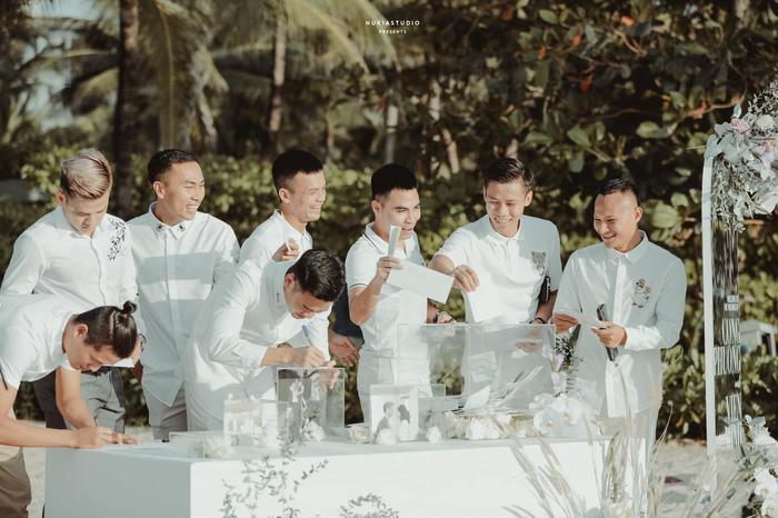 Khoảnh khắc đắt giá: Hội tuyển thủ bỏ phong bì mừng cưới Công Phượng - Viên Minh - Ảnh 1.