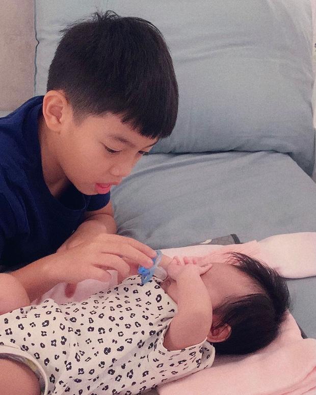 """Netizen rần rần trước hình ảnh Subeo trông bé Lisa cực """"nghề"""", cậu cả nhà Hà Hồ giờ chăm em khéo lắm rồi! - ảnh 2"""