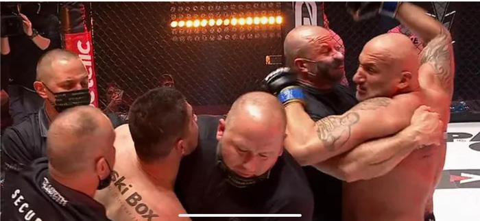 Đang thi đấu bỗng quên luật, võ sĩ kỳ cựu nhanh chóng bị xử thua và cái kết thượng cẳng chân, hạ cẳng tay sau đó - Ảnh 4.