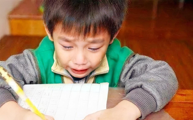 """Cậu bé lớp 1 nằng nặc đòi bỏ học, liên tục khóc mếu máo: """"Tất cả là tại bố mẹ"""", nguyên nhân khiến cả nhà xúm xít xin lỗi"""