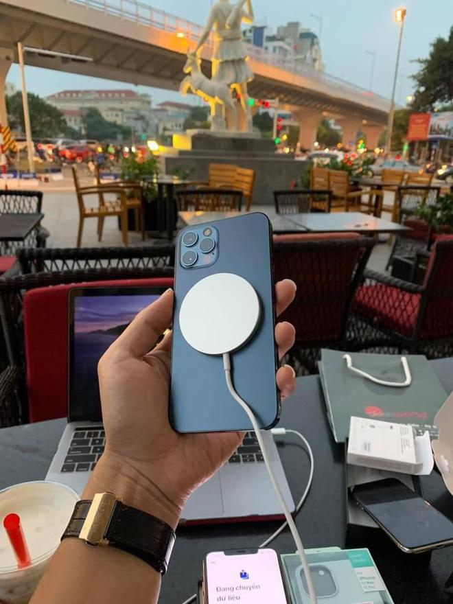 Trước khi thị trường bùng nổ với iPhone 12 chính hãng về Việt Nam, giá bán hàng xách tay vẫn không hạ nhiệt - Ảnh 8.