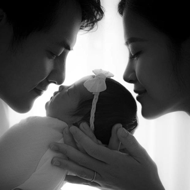 Đông Nhi - Ông Cao Thắng đưa con gái 1 tháng tuổi đi tụ tập cùng hội bạn thân, diện mạo của bé khiến netizen dậy sóng - ảnh 4