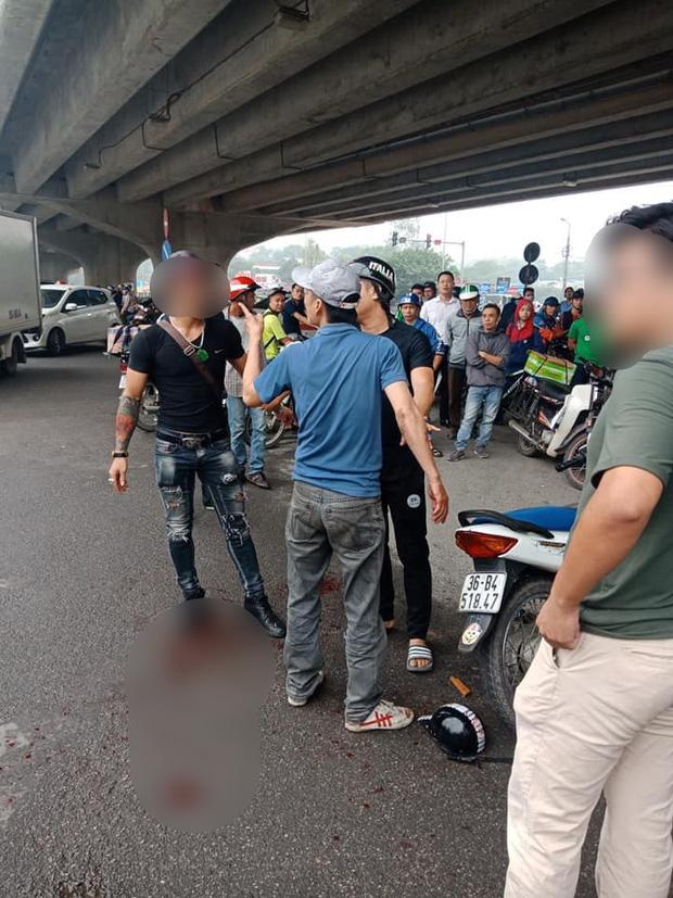 Mâu thuẫn trong việc nuôi con, chồng dùng dao truy sát vợ và chị giữa đường phố Hà Nội - Ảnh 1.
