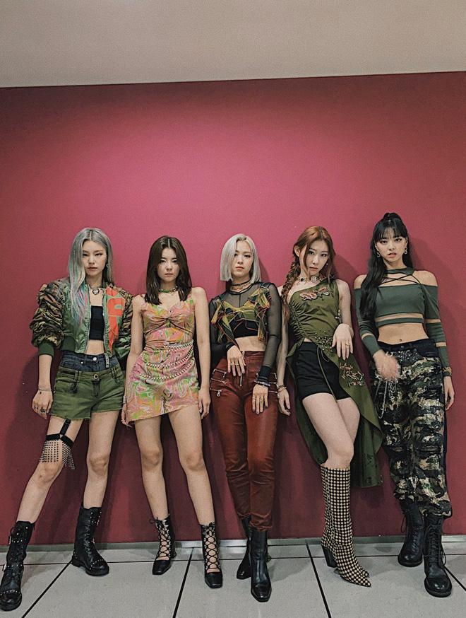 Cùng 1 bộ đồ diễn mà ITZY phải mặc đi mặc lại đến 3 lần, cư dân mạng ngán ngẩm vì JYP keo kiệt quá lố - ảnh 5