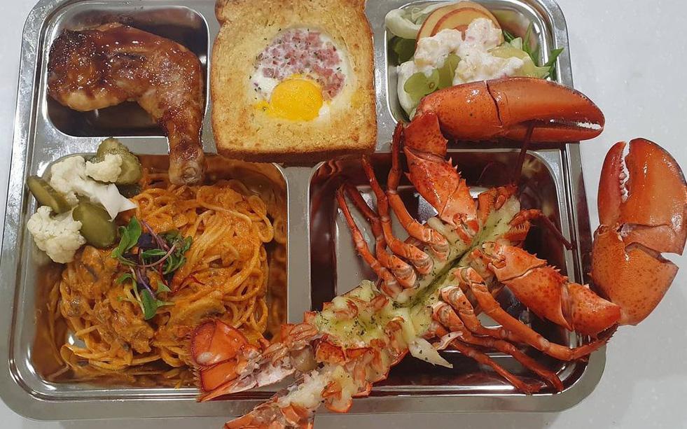 Thêm loạt bữa trưa căng tin của học sinh Hàn Quốc khiến dân tình loá mắt: có cả tôm hùm, cua tuyết, ăn sang hơn nhà hàng!