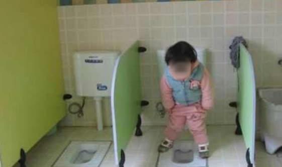 Đi học vài ngày, bé gái than khóc không dám đi vệ sinh, bà mẹ thay quần cho con liền phát hiện sự thật gây sốc - ảnh 2