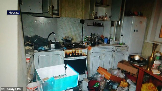 Nhà đầy rác và gián, bà mẹ vẫn vô tư bỏ con đói khát suốt 8 ngày đi chơi, hàng xóm tới cũng phải rùng mình với cảnh tượng bên trong - ảnh 5