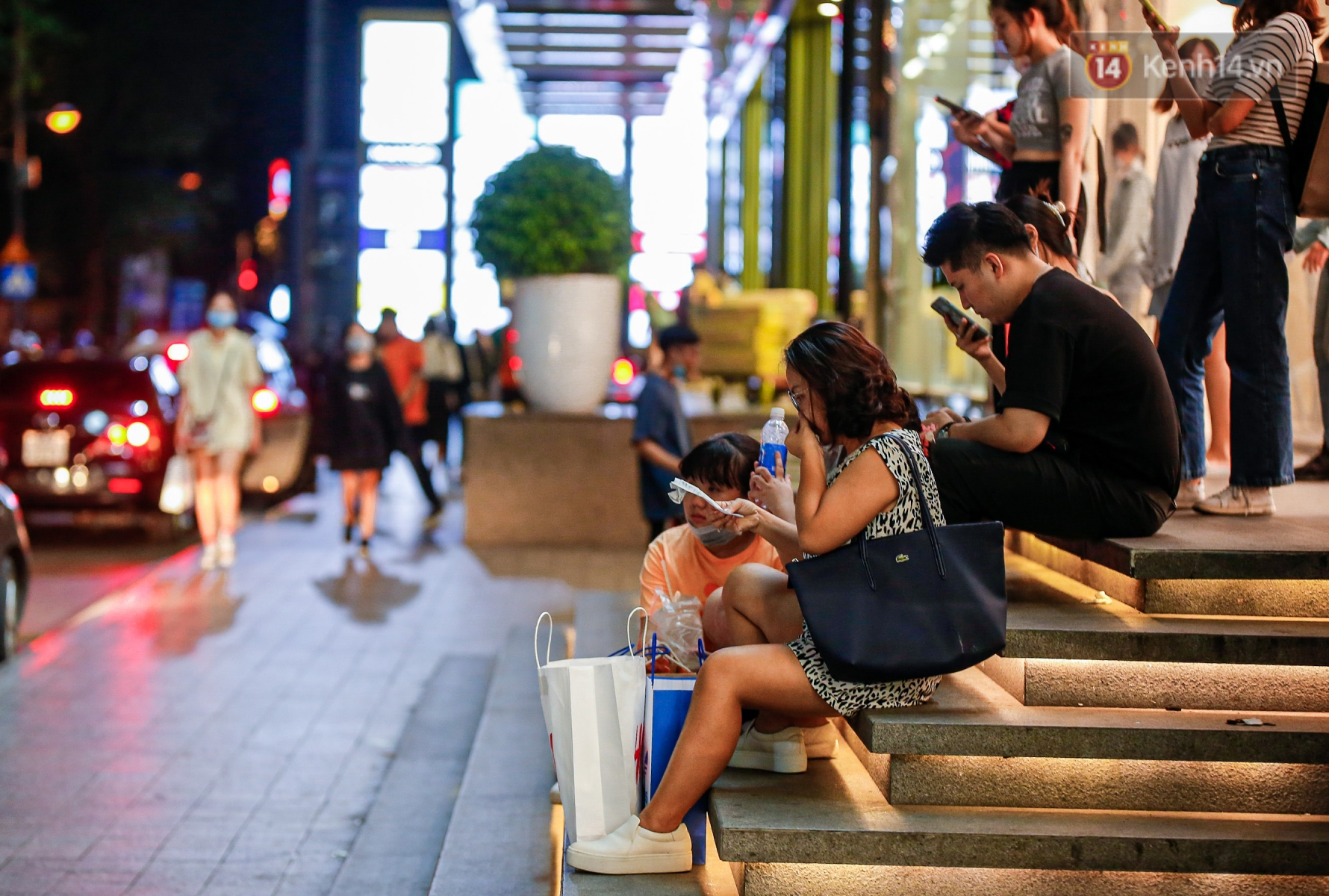 22h khuya nhưng người Sài Gòn vẫn tấp nập săn sale, tranh thủ hốt những món đồ ưng ý trước khi kết thúc ngày Black Friday - Ảnh 12.