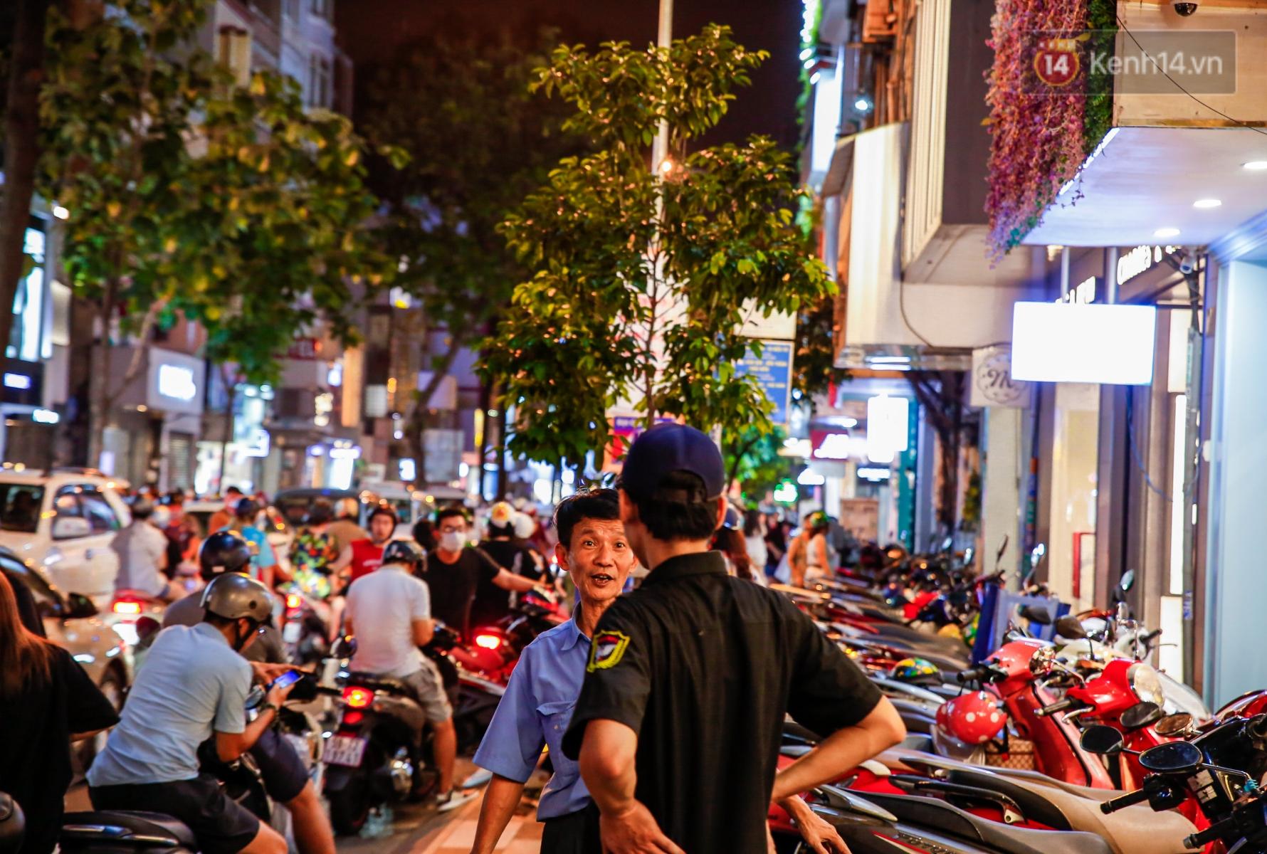 22h khuya nhưng người Sài Gòn vẫn tấp nập săn sale, tranh thủ hốt những món đồ ưng ý trước khi kết thúc ngày Black Friday - Ảnh 7.