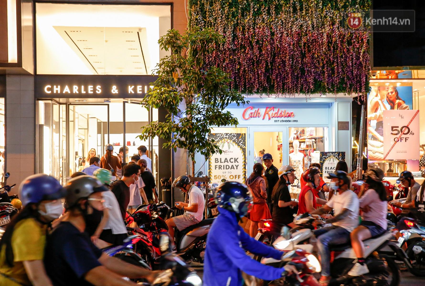 22h khuya nhưng người Sài Gòn vẫn tấp nập săn sale, tranh thủ hốt những món đồ ưng ý trước khi kết thúc ngày Black Friday - Ảnh 4.