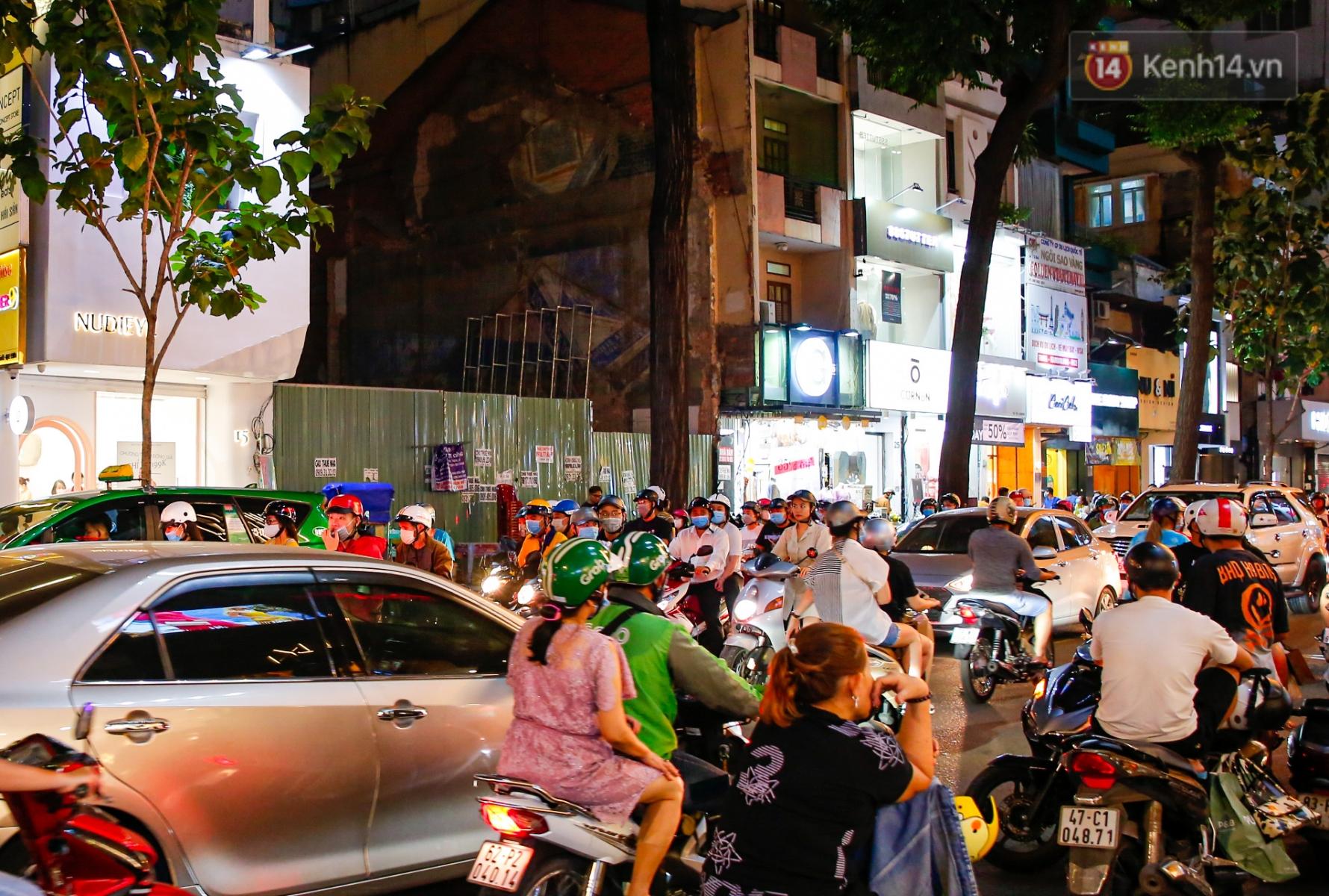 22h khuya nhưng người Sài Gòn vẫn tấp nập săn sale, tranh thủ hốt những món đồ ưng ý trước khi kết thúc ngày Black Friday - Ảnh 5.