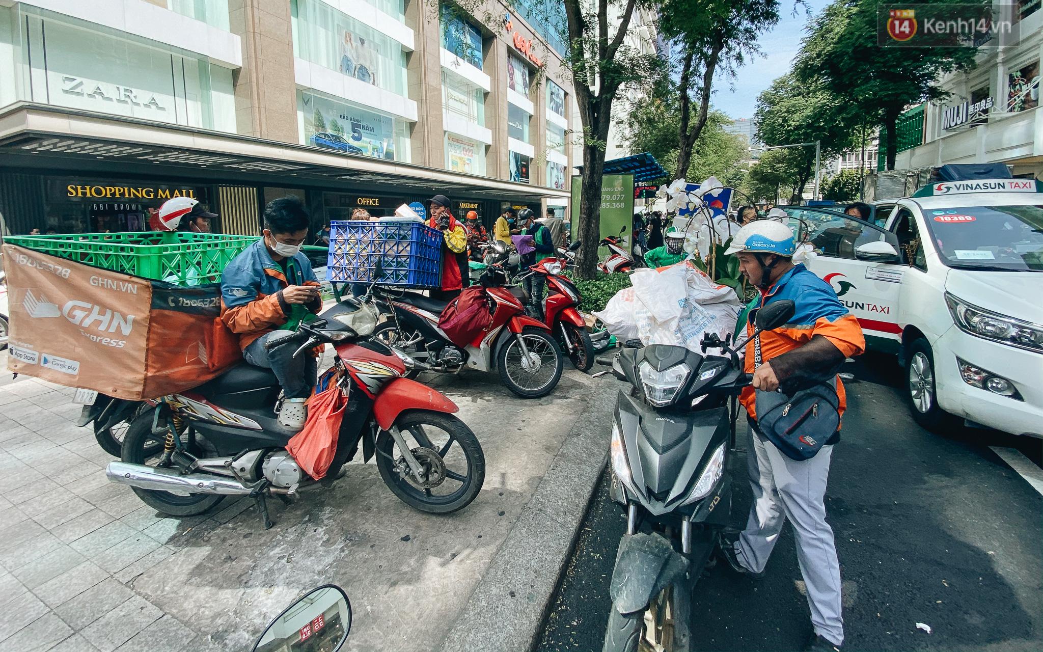 Ảnh: Shipper Sài Gòn làm việc hết công suất, nhận hàng trăm đơn hàng trong ngày Black Friday