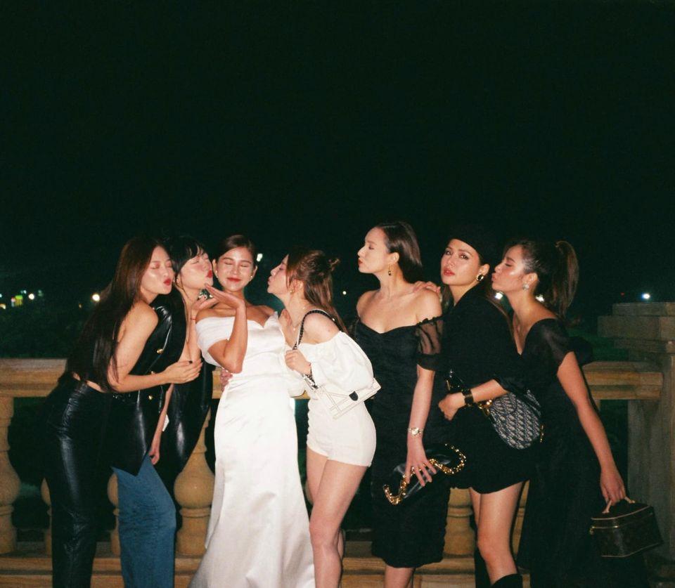 MC Thu Hoài tung trọn bộ ảnh trong tiệc mời cưới: Cô dâu tương lai xuất hiện rạng rỡ, nóng bỏng nhất là Lã Thanh Huyền và Quỳnh Nga! - Ảnh 4.