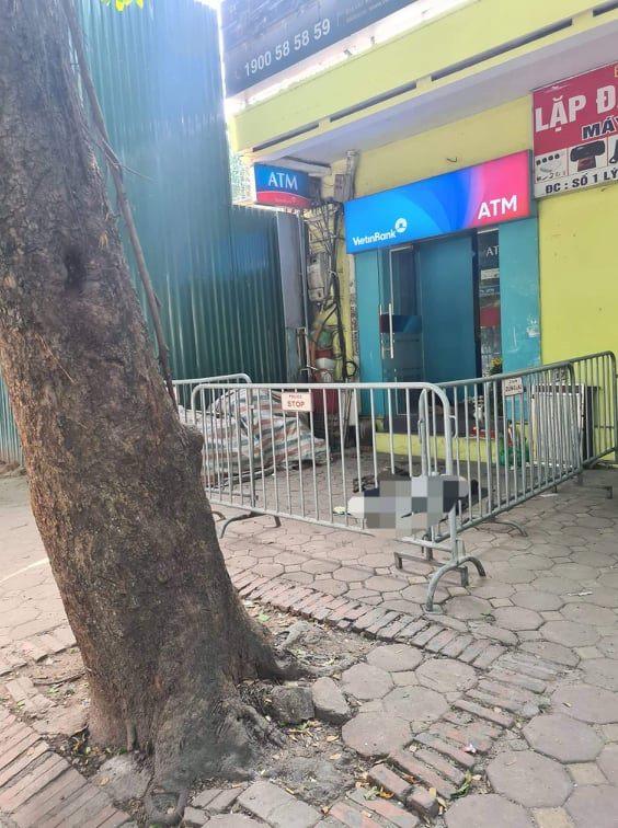 Hà Nội: Người đàn ông vô gia cư tử vong cạnh cây ATM - ảnh 1