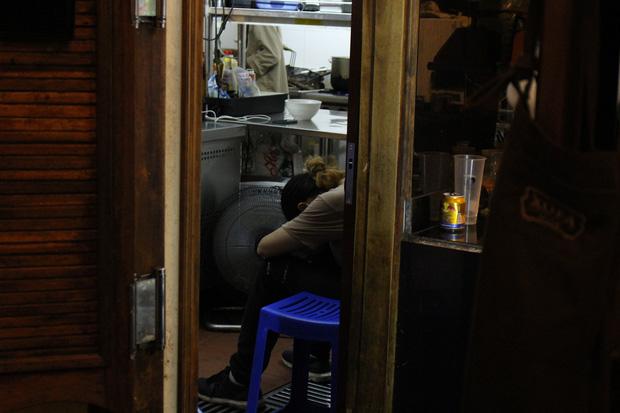 Sinh viên bạt mạng làm ca đêm 8 tiếng: Gặp khách say xỉn, khó ưa nhưng lương tháng 5 triệu liệu có đáng? - ảnh 4