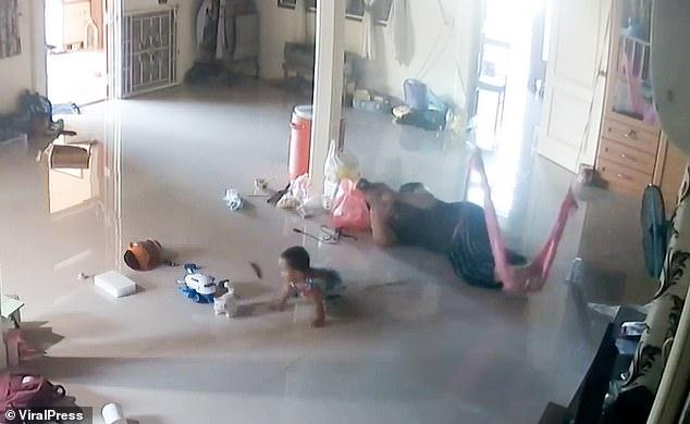 Nằm xem điện thoại để con trai 1 tuổi bò trên sàn nhà, bà mẹ cứu con thoát khỏi Tử thần trong tích tắc, cảnh hiện trường khiến ai cũng rụng tim - Ảnh 2.