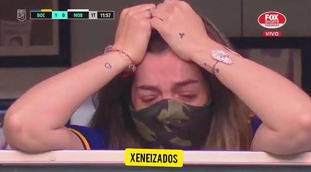 Con gái Maradona bật khóc nức nở khi được cầu thủ đội bóng cũ của bố đến vỗ tay tri ân - ảnh 2