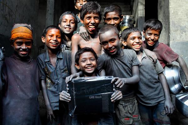 Chùm ảnh trẻ em nghèo trước và sau khi được giúp đỡ để có cơ hội đến trường đi học như bạn bè đồng trang lứa gây xúc động mạnh - ảnh 3