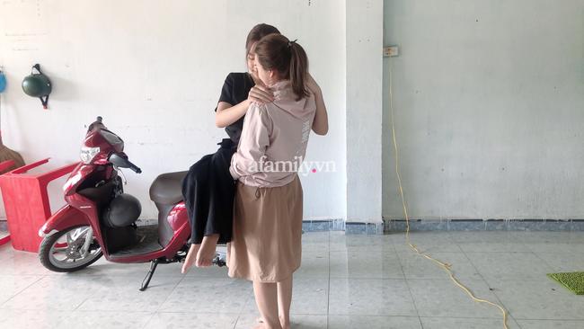 Hơn một thập kỷ làm đôi chân cho bạn tới lớp, ngày bạn nói một câu, hai cô gái Bình Phước ôm nhau khóc nức nở - Ảnh 1.