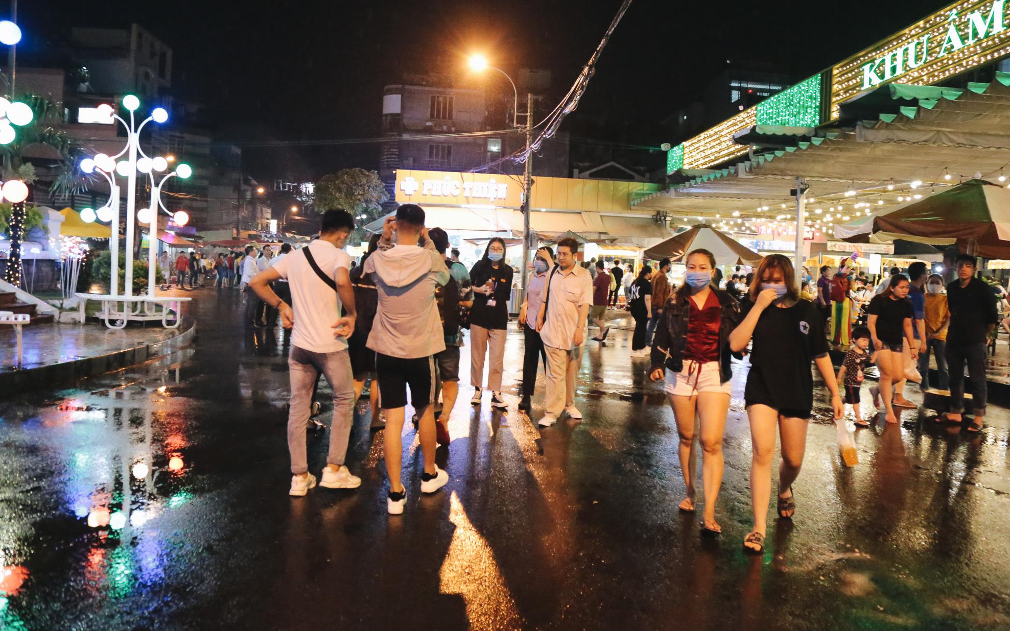 Cận cảnh phố đi bộ đêm thứ 3 vừa hoạt động thử nghiệm ở Sài Gòn