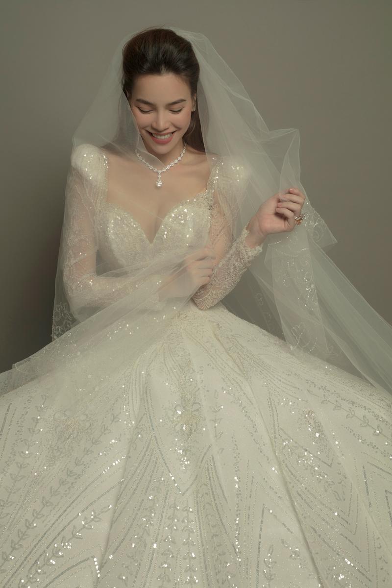 """Hà Hồ hé lộ khoảnh khắc diện váy cưới khoe nhan sắc """"đỉnh của đỉnh"""" và vòng 1 căng đầy: Mẹ bỉm sữa hot nhất nhì Vbiz là đây! - Ảnh 3."""
